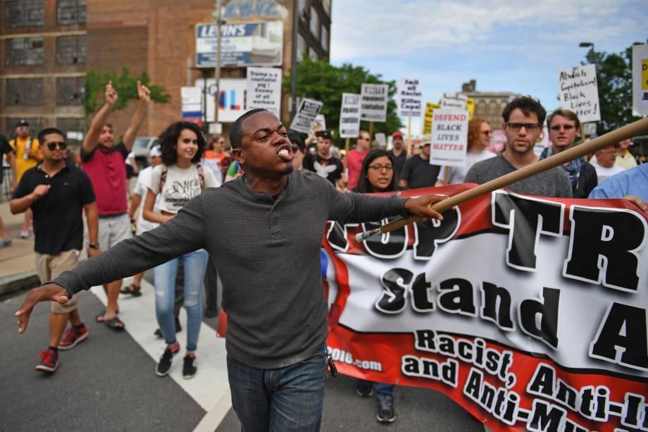 Manifestantes contrários à candidatura de Donald Trump marcham pelo centro de Cleveland na véspera do início da Convenção Nacional Republicana - 17/07/2016