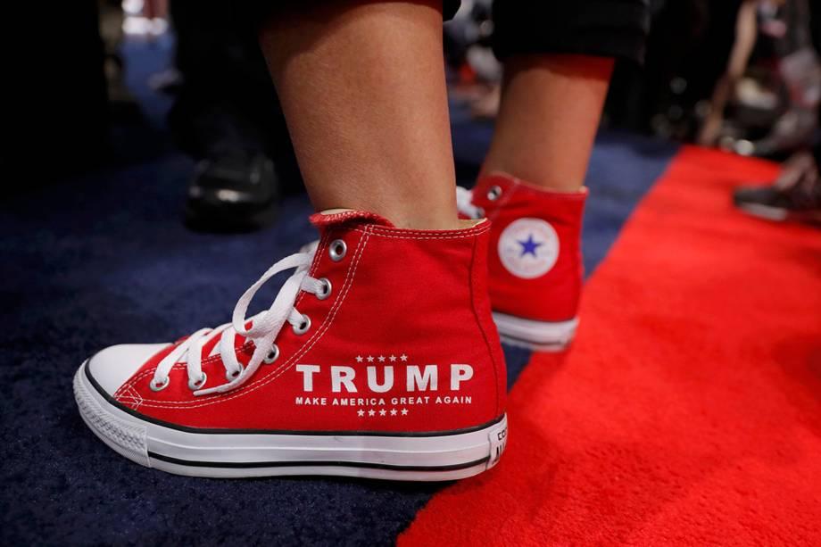Apoiadora do candidato republicano à presidência dos Estados Unidos, Donald Trump, com tênis mostrando o slogan de sua campanha, antes da convenção nacional do partido, em Cleveland, Ohio (EUA) - 18/07/2016