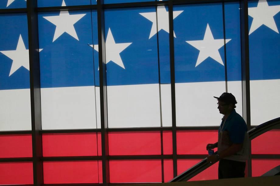 Delegado desce uma escada rolante, durante a Convenção Nacional do Partido Republicano, em Cleveland que confirmará a candidatura de Donald Trump à presidência dos Estados Unidos - 18/07/2016