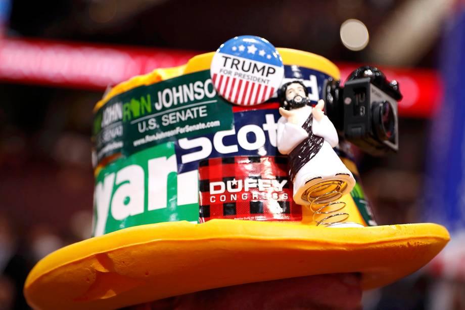 Delegada com adesivos e bótons em chapeu, durante a Convenção nacional do Partido Republicano, em Cleveland, que confirmará a candidatura de Donald Trump à presidência dos Estados Unidos - 18/07/2016