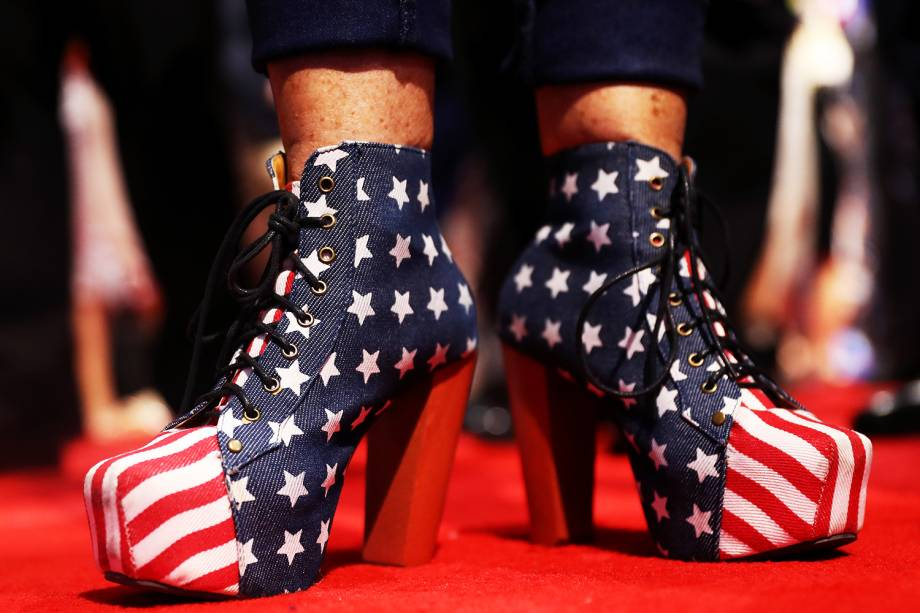 Apoiadora de Donald Trump coloca salto com as cores da bandeira americana, durante o segundo dia da convenção nacional do Partido Republicano, em Cleveland (EUA) - 19/07/2016