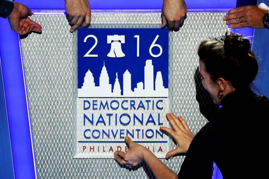 Trabalhadores preparam local onde ocorrerá a Convenção Nacional do Partido Democrata, em Filadélfia (EUA) - 25/07/2016
