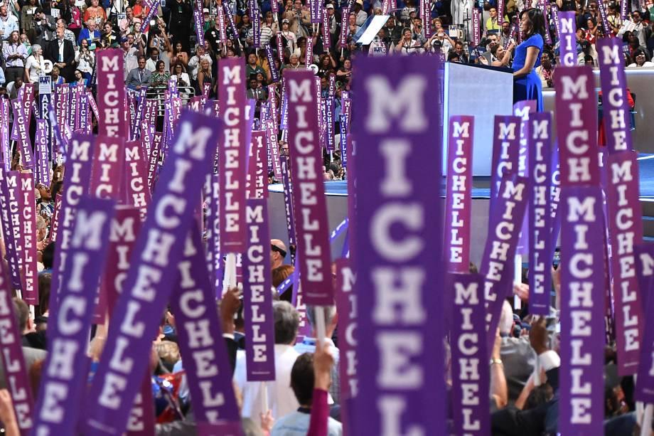 Delegados levantam placas em apoio à primeira-dama dos Estados Unidos, Michelle Obama, durante o primeiro dia da Convenção nacional do Partido Democrata americano, realizada em Filadélfia (EUA) - 25/07/2016