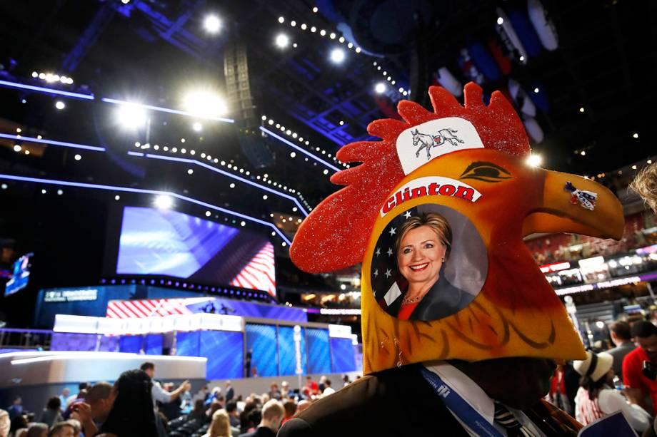 Delegado coloca chapeu em formato de um galo, com uma foto da candidata Hillary Clinton, no segundo dia da Convenção nacional do Partido Democrata americano, na Filadélfia (EUA) - 26/07/2016