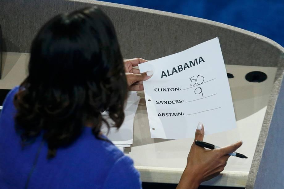 Começa a contagem dos votos dos delegados, para a nomeação do candidato democrata à presidência dos Estados Unidos, durante o segundo dia da convenção, na Filadélfia - 26/07/2016