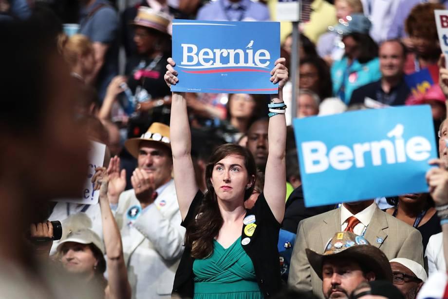 Apoiadora de Bernie Sanders, levanta placa durante o segundo dia da Convenção Nacional do Partido Democrata americano. São esperadas 50 mil pessoas no evento, que definirá o candidato democrata que disputara à presidência dos Estados Unidos- 26/07/2016