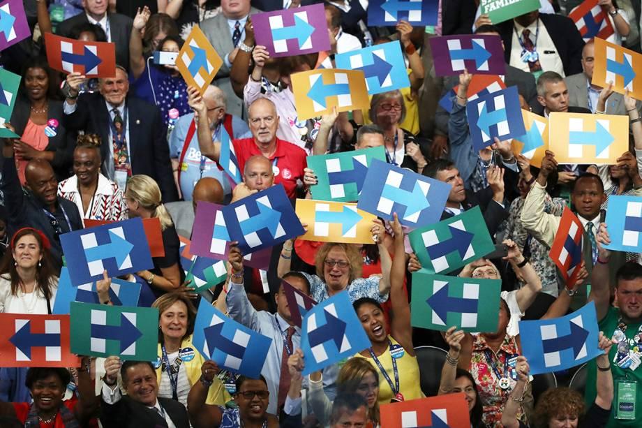 Eleitores comemoram após Hillary Clinton ser oficialmente nomeada, como candidata do Partido Democrata americano à presidência dos Estados Unidos, no segundo dia da convenção do partido - 26/07/2016