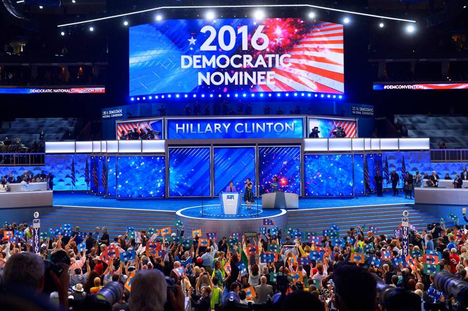 Hillary Clinton é anunciada como a candidata do Partido Democrata à presidência dos Estados Unidos. Ela atingiu os 2.382 delegados necessários para à nomeação, durante o segundo dia da convenção - 26/07/2016