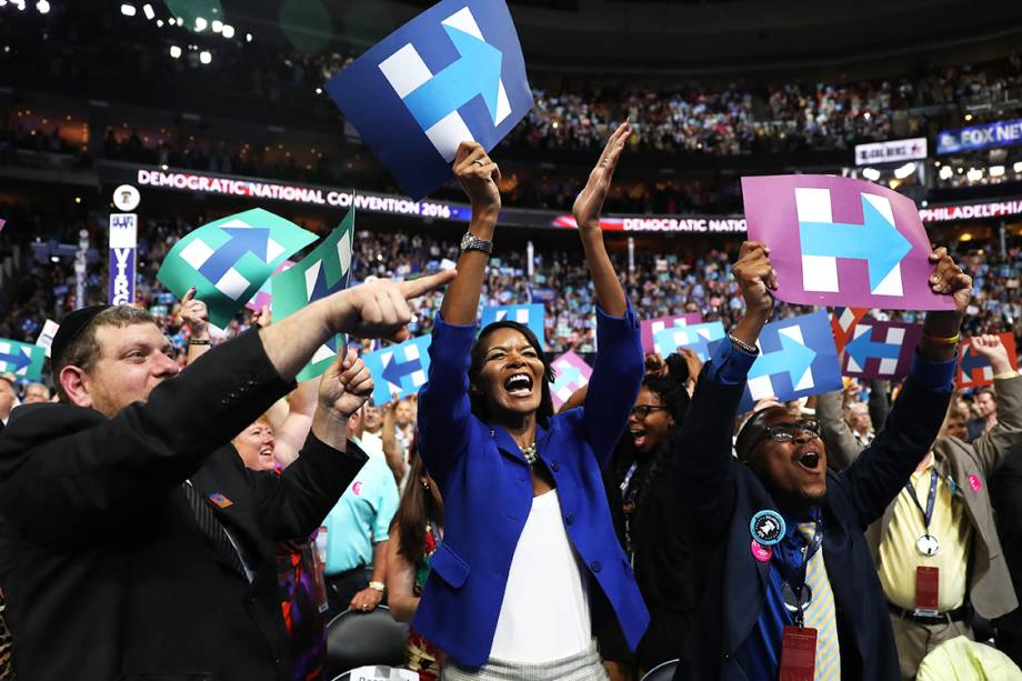 Delegada comemora, após Hillary Clinton ser anunciada como a candidata do Partido Democrata à presidência dos Estados Unidos. Ela atingiu os 2.382 delegados necessários para à nomeação, durante o segundo dia da convenção - 26/07/2016