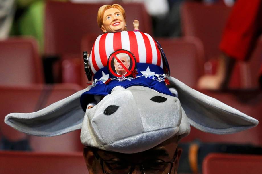 Delegada do estado americano de Louisiana, com chapeu inusitado, no terceiro dia da Convenção nacional do Partido Democrata, realizada na cidade de Filadélfia (EUA) - 27/07/2016