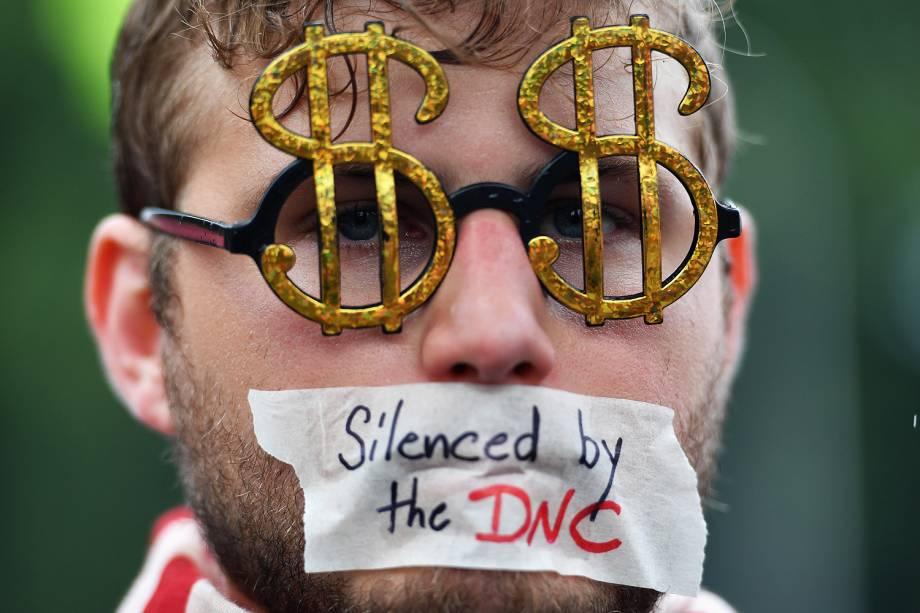 Manifestantes se reúnem no dia quatro da Convenção Nacional Democrata (DNC), na Filadélfia (EUA)