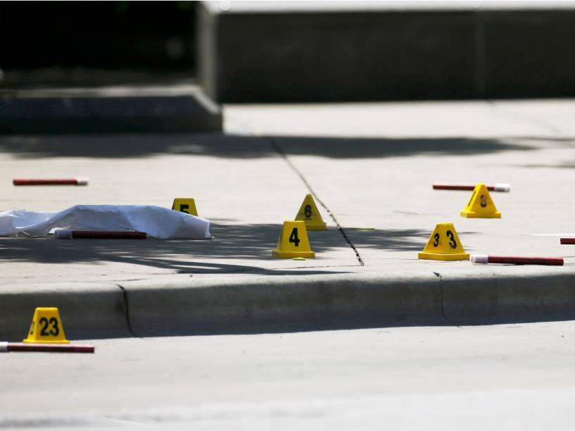 Investigadores do FBI realizam perícia, no local onde cinco policiais foram mortos por atiradores, durante protesto contra a violência racial, em Dallas (EUA) - 08/07/2016