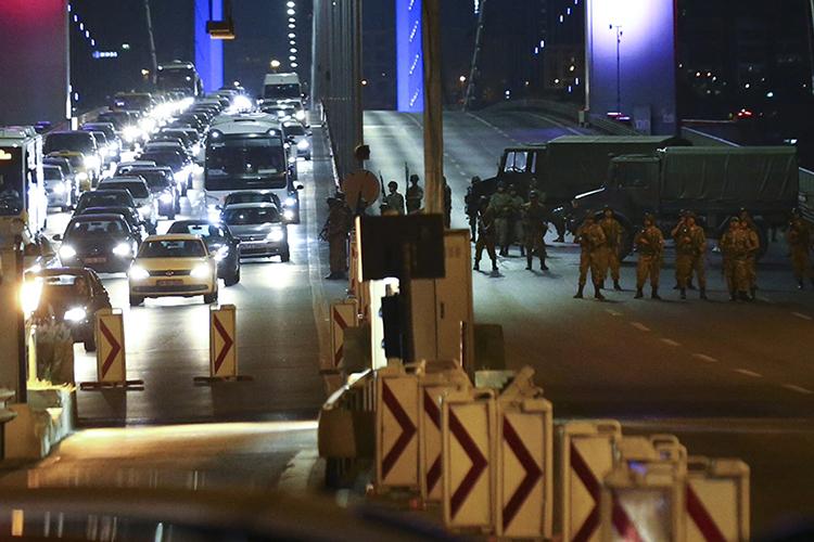 Soldados turcos bloqueiam a Ponte de Bósforo, em Istambul, que separa as cidades europeias e asiáticas - 15/07/2016