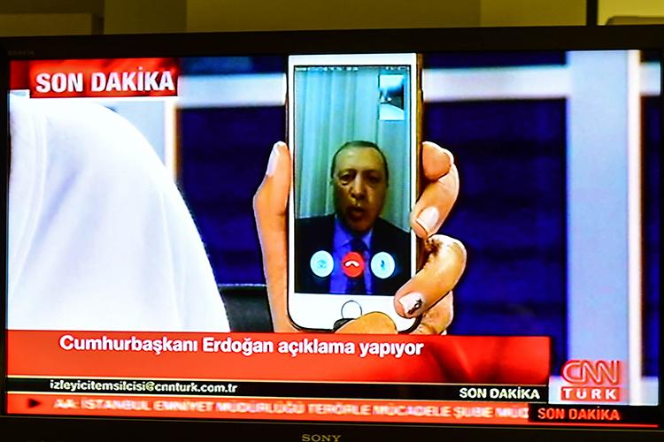O presidente turco,Tayyip Erdogan, fala a uma emissora de TV, por transmissão ao vivo via Facebook - 15/07/2016