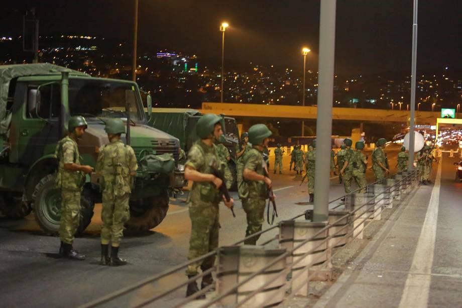 Soldados turcos bloqueiam acesso para a Ponte do Bósforo, em Istambul - 15/07/2016