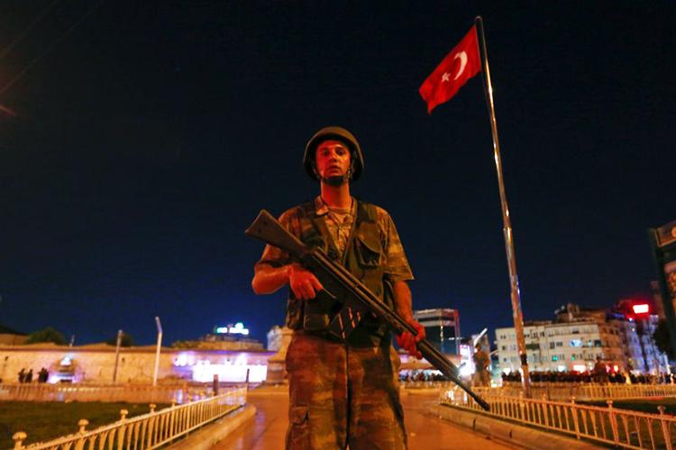 Militar turco é visto próximo à praça Taksim, em Istambul - 15/07/2016