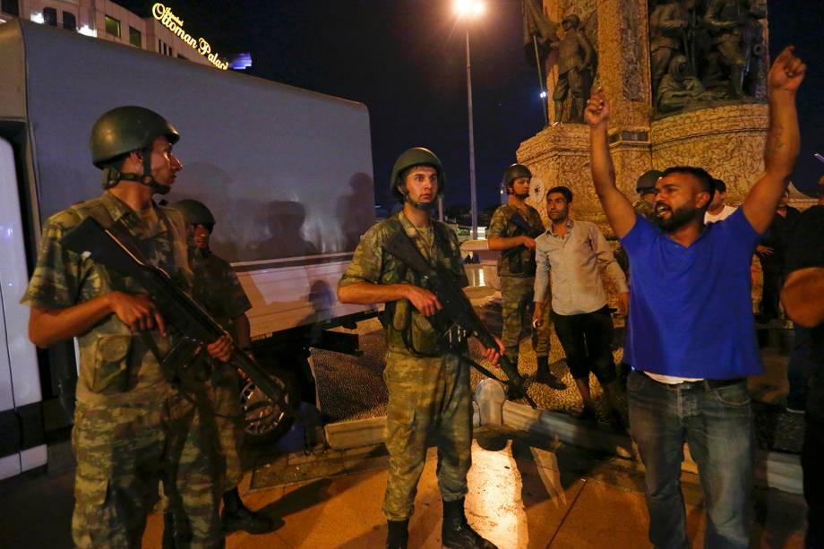 População toma às ruas de Istambul, na Turquia,contra a tentativa de golpe de Estado anunciada por militares - 15/07/2016