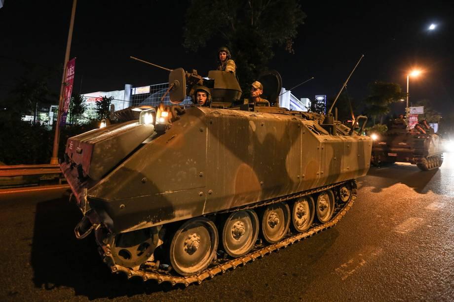 Tanques militares são vistos nas principais ruas de Istambul, na Turquia, após grupo militar anunciar golpe de Estado no país - 15/07/2016