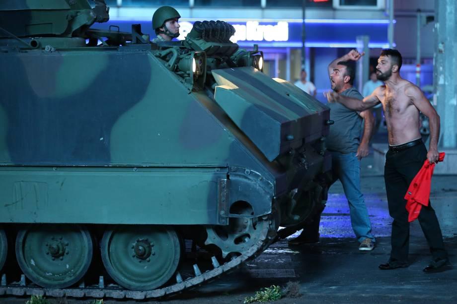 Turcos reagem contra a tentativa de golpe militar, em Istambul - 15/07/2016
