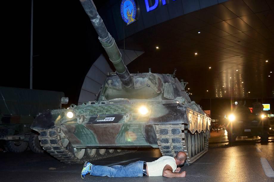 Homem tenta impedir passagem de tanque militar, próximo ao Aeroporto Ataturk, na Turquia. Grupo militar anunciou golpe de Estado no país - 15/07/2016