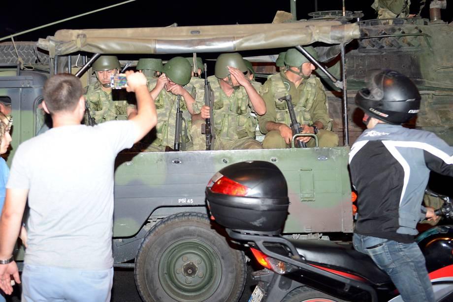 Tropas turcas em veículo, próximos ao Aeroporto Ataturk, em Istambul. Grupo militar declarou golpe de Estado no país - 15/07/2016