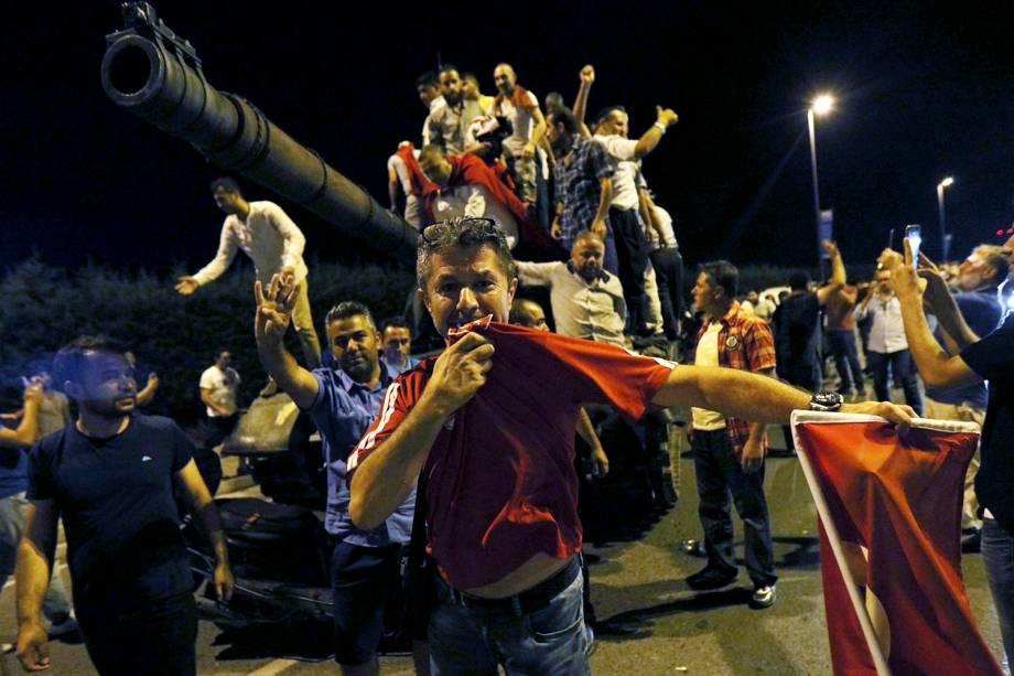 Turcos sobem em tanques militares, próximo ao Aeroporto Ataturk, em Istambul - 15/07/2016