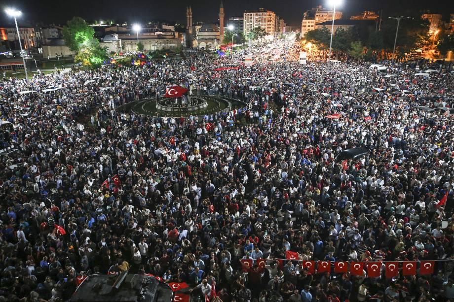 População toma às ruas na cidade de Sivas, na Turquia,contra a tentativa de golpe de Estado anunciada por militares - 15/07/2016