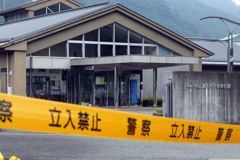 Faixa de isolamento é colocada em frente à clínica para deficientes, em Sagamihara, no Japão, após homem invadir local e matar ao menos 19 pessoas com facadas - 25/07/2016