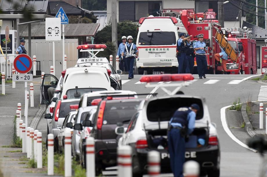 Policiais e bombeiros são vistos próximos à uma clínica de tratamento de deficientes, em Sagamihara, no Japão. Homem invadiu o local e matou 19 pessoas com facadas - 25/07/2016