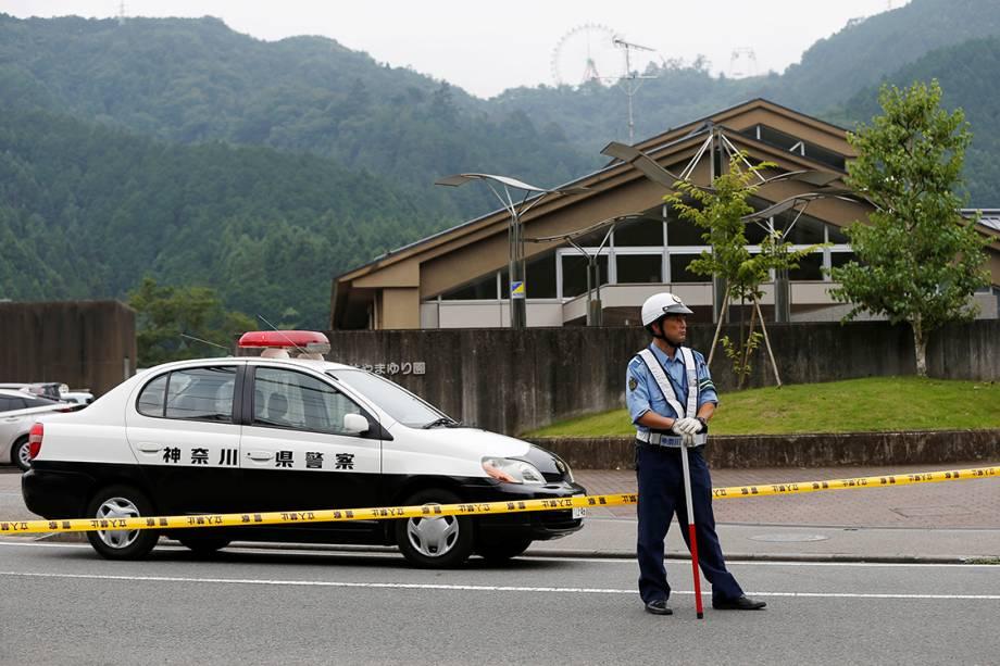 Policial faz patrulha, próximo à uma clínica de tratamento para deficientes, em Sagamihara, no Japão, após homem invadir o local e matar ao menos 19 pessoas com facadas - 25/07/2016