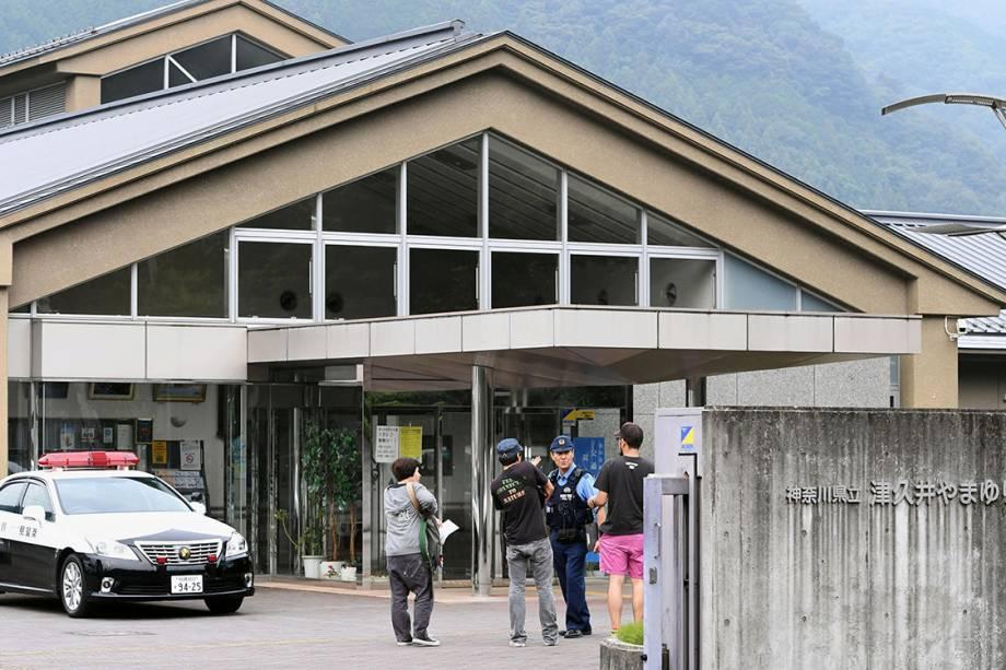 Policiais japoneses em frente a cliníca de deficientes, em Sagamihara, no Japão, depois que ex-funcionário invadiu o local e matou 19 pessoas a facadas - 25/07/2016