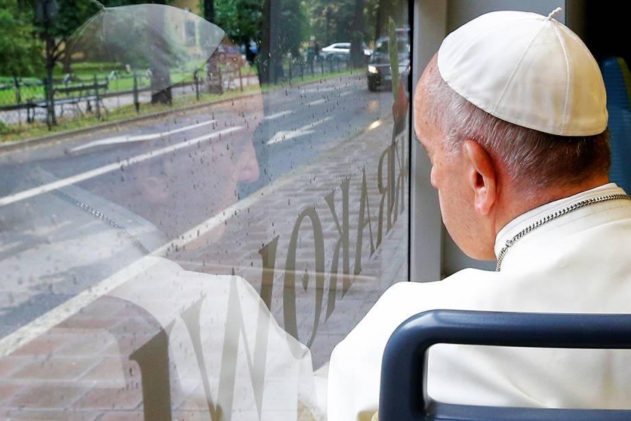 Papa Francisco olha em uma janela, em Cracóvia, na Polônia, durante a Jornada Mundial da Juventude - 28/07/2016