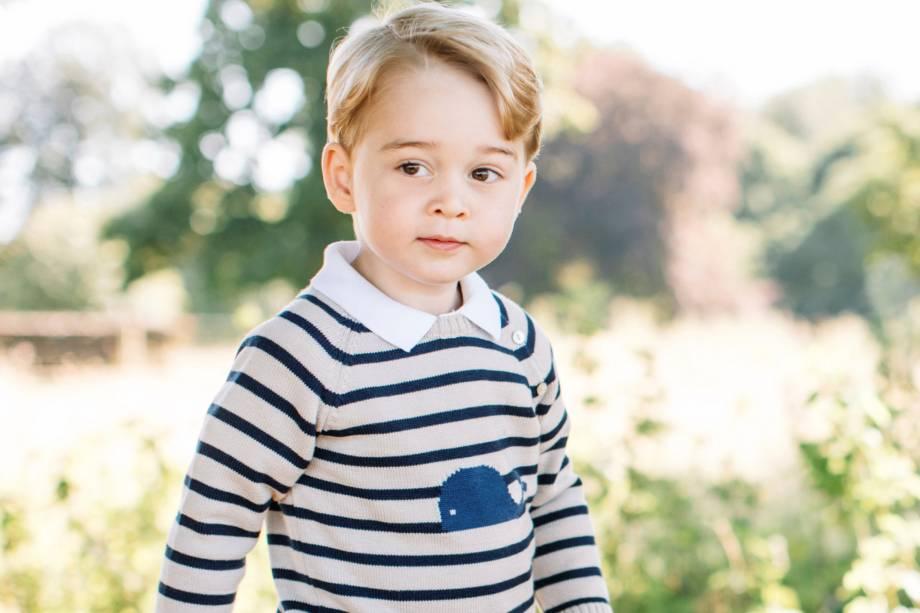 Palácio de Kensington divulga imagens do príncipe George na residência real no condado de Norfolk, leste da Inglaterra, para marcar as celebrações do seu terceiro aniversário