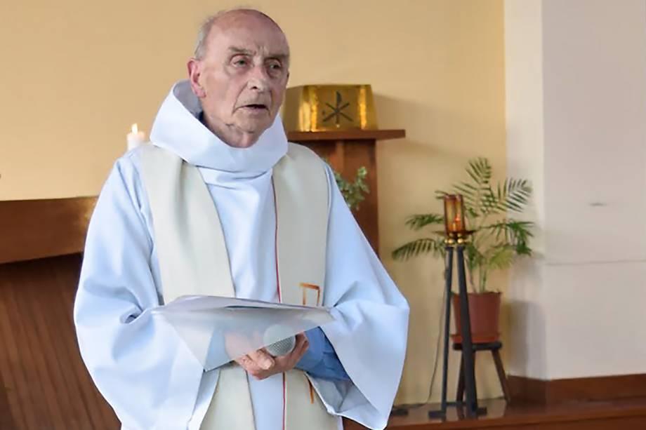 O padre Jacques Hamel, morto enquanto celebrava uma missa na igreja de Saint-Etienne-du-Rouvray, Normandia. O sacerdote de 86 anos foi degolado por homens que invadiram o local armados com facas