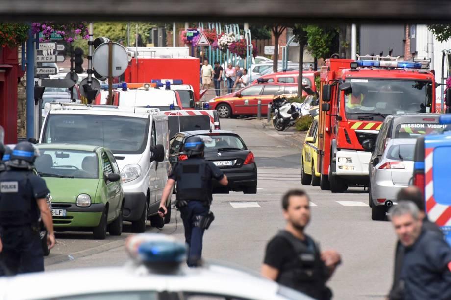 Policiais e bombeiros chegam ao local de uma tomada de reféns em uma igreja em Saint-Etienne-du-Rouvray, norte da França - 26/07/2016