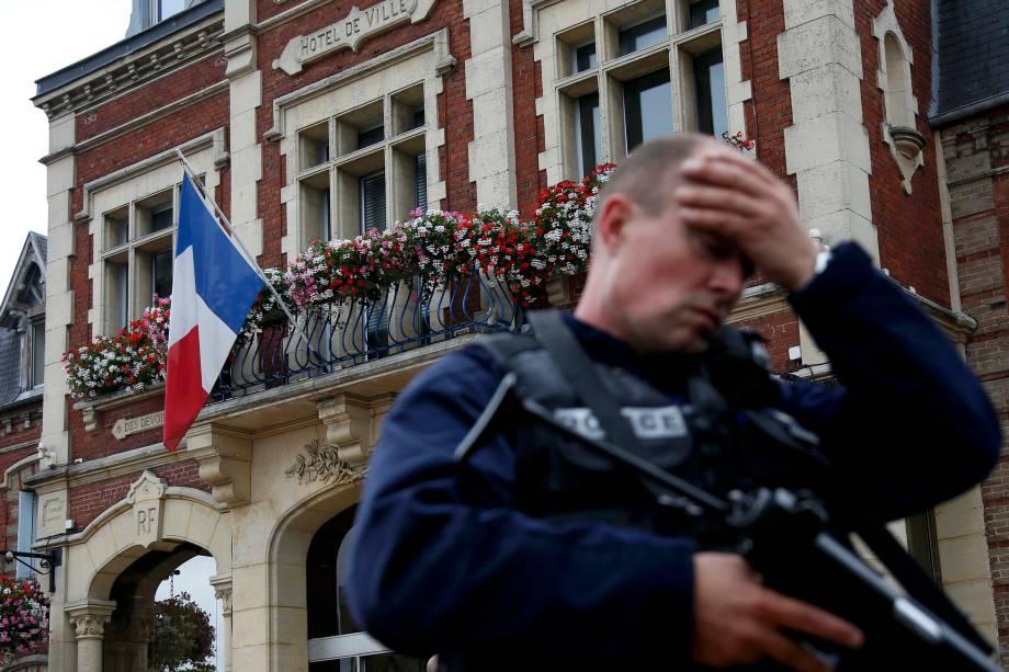 Policial fica em frente à prefeitura de Saint-Etienne-du-Rouvray. Dois homens mataram um padre com uma faca e feriram gravemente outro refém após invadirem uma igreja no norte da França, antes de serem mortos a tiros pela polícia - 26/07/2016