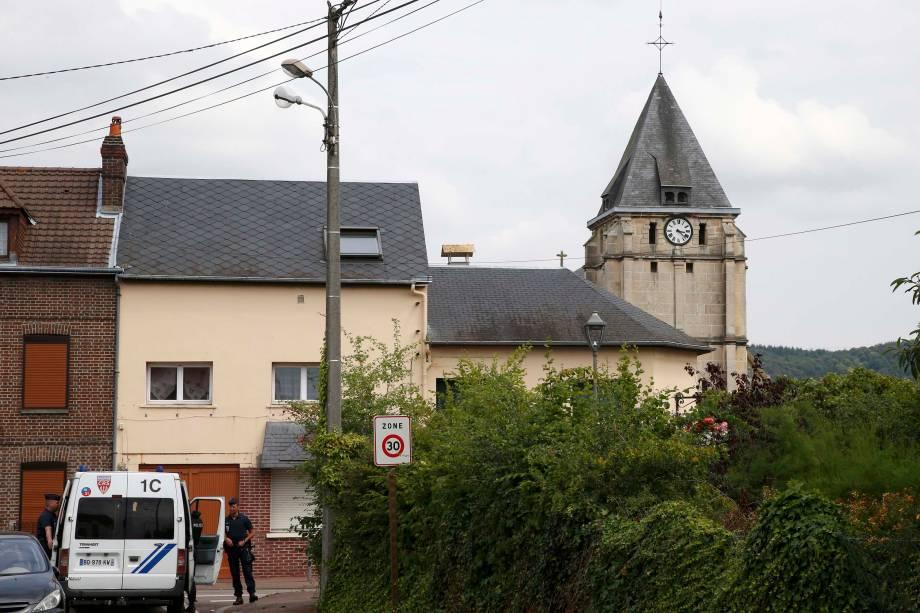 Os arredores da igreja de Saint-Etienne-du-Rouvray, norte da França, foram bloqueados pela polícia na sequência de um ataque de dois homens com facas que deixou um padre de 86 anos morto - 26/07/2016