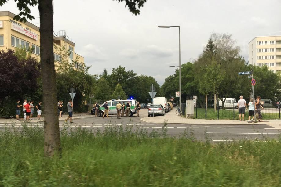 Policiais se posicionam nos arredores de um centro comercial em Munique, na Alemanha, após relatos de um tiroteio no local - 22/07/2016