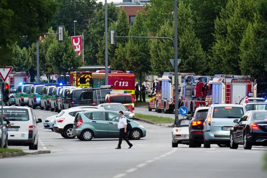 Policiais e bombeiros realizam operação no centro comercial Olympia-Einkaufszentrum, em Munique após relatos de um tiroteio no local - 22/07/2016