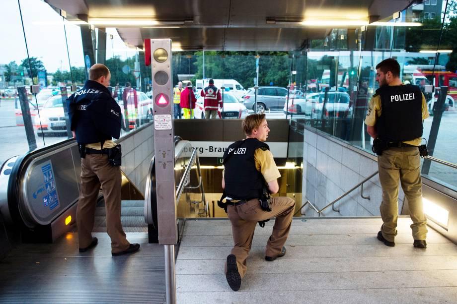 Policiais fazem operação na estação de metrô próxima ao centro comercial Olympia-Einkaufszentrum, em Munique após relatos de um tiroteio no local - 22/07/2016