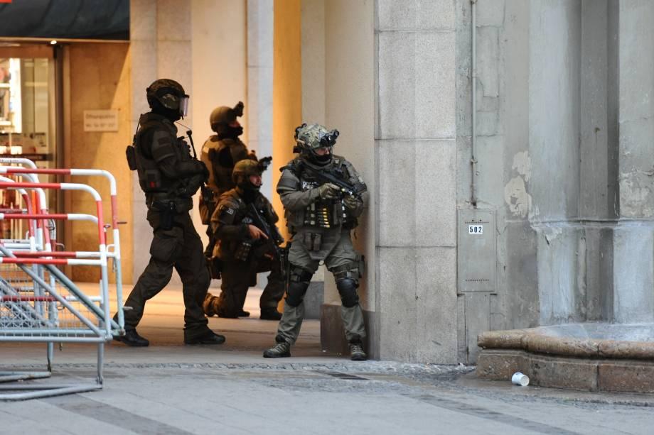 Policiais realizam operação na estação de metrô Karlsplatz nos arredores do shopping center Olympia-Einkaufszentrum, na sequência de um tiroteio em Munique, na Alemanha - 22/07/2016