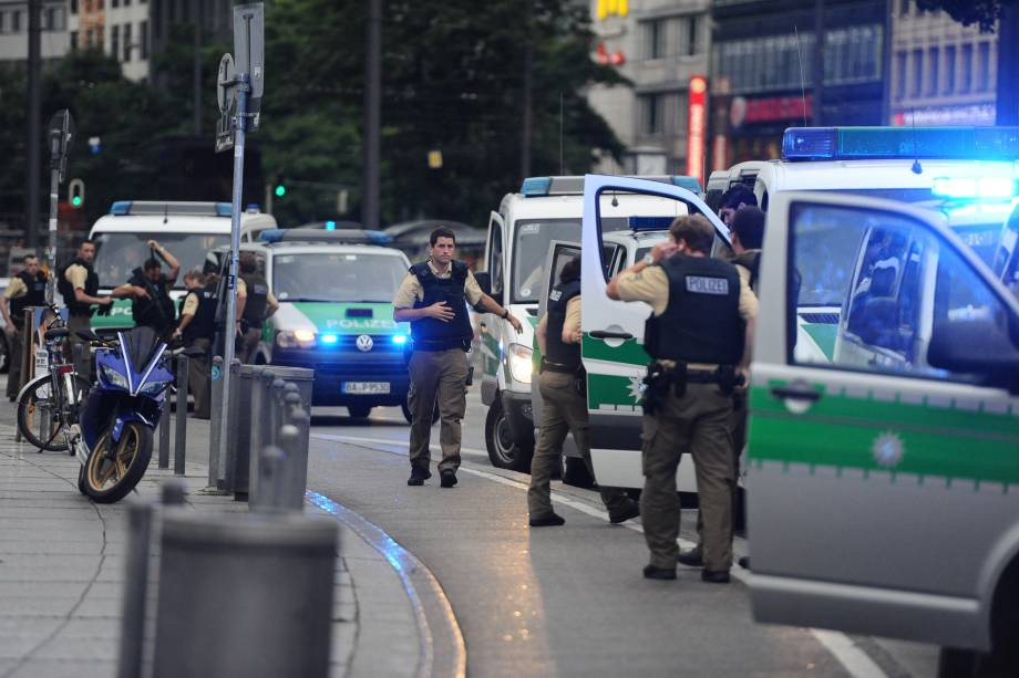Police secures the area of Karlsplatz (Stachus square) following shootings on July 22, 2016 in Munich. Several people were killed on Friday in a shooting rampage by a lone gunman in a Munich shopping centre, media reports said / AFP PHOTO / dpa / Andreas Gebert / Germany OUT