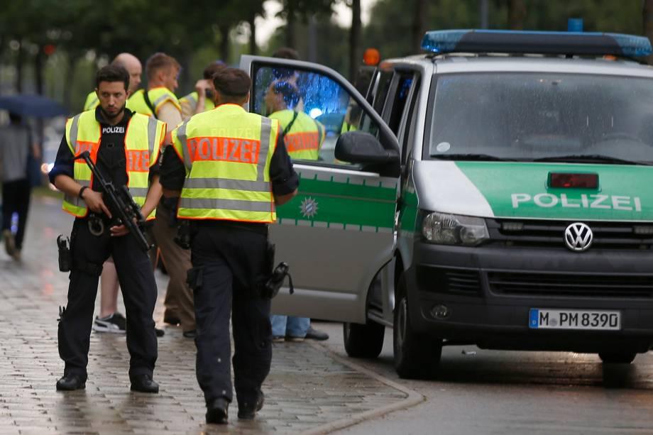 Policiais fazem operação nos arredores do centro comercial Olympia-Einkaufszentrum, em Munique após relatos de um tiroteio no local - 22/07/2016