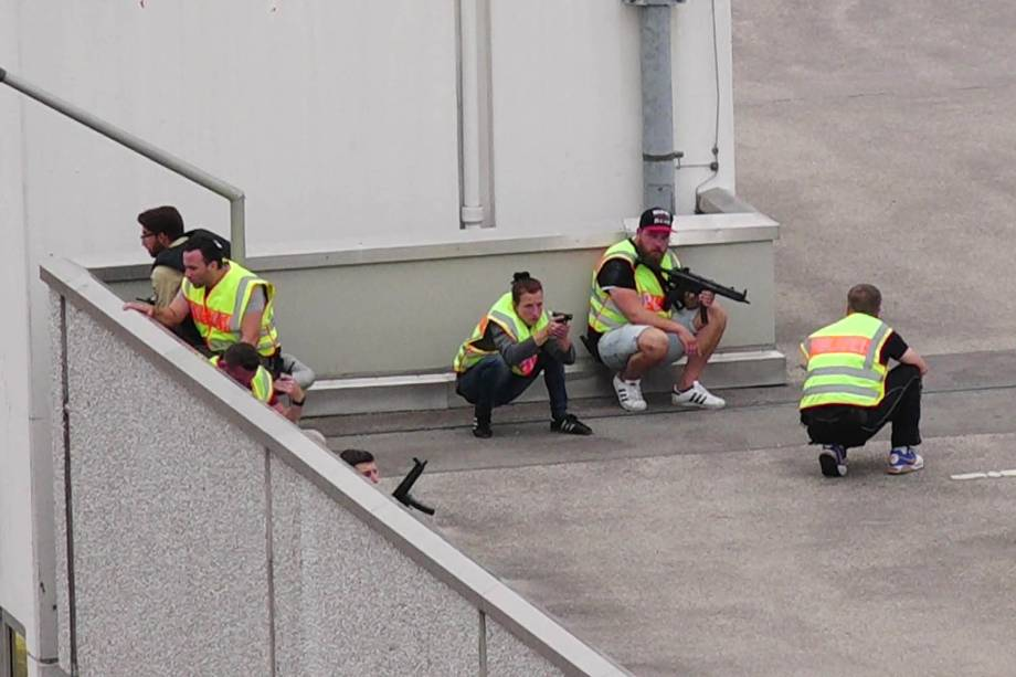 Operação policial é realizada no centro comercial Olympia-Einkaufszentrum, em Munique após relatos de um tiroteio no local - 22/07/2016