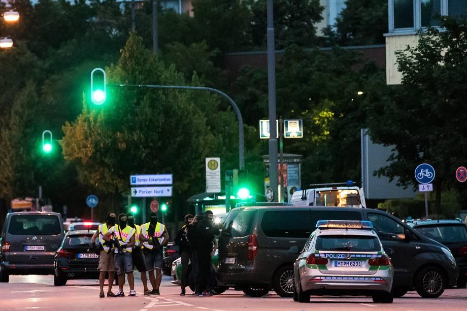 Policiais fazem guarda na entrada da principal estação de trem em Munique, na Alemanha, após ataque em shopping da cidade - 22/07/2016