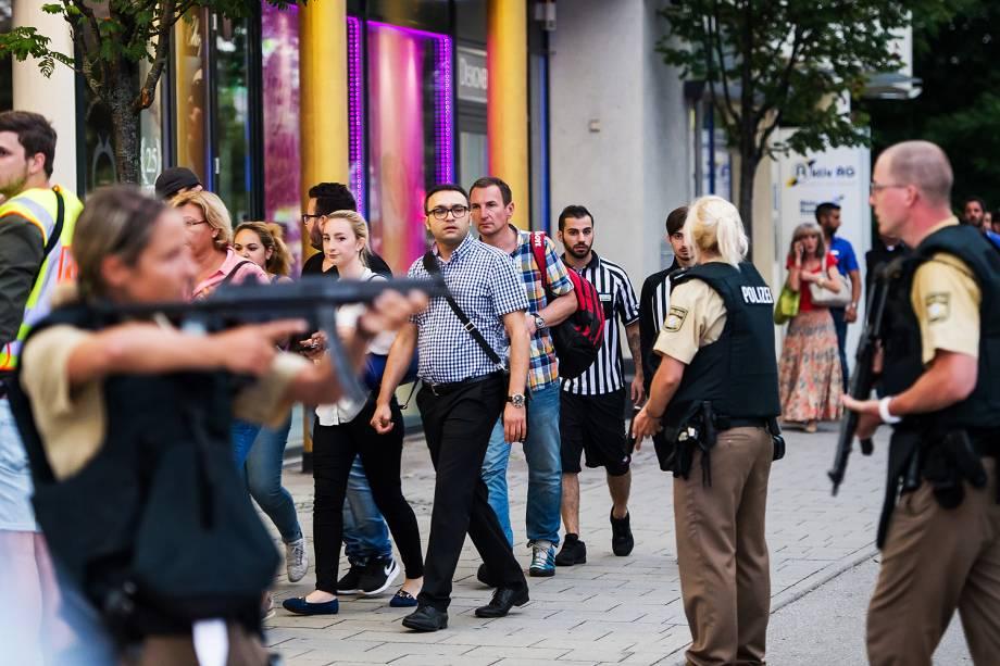 Pessoas deixam shopping em Munique, na Alemanha, após tiroteio no local - 22/07/2016