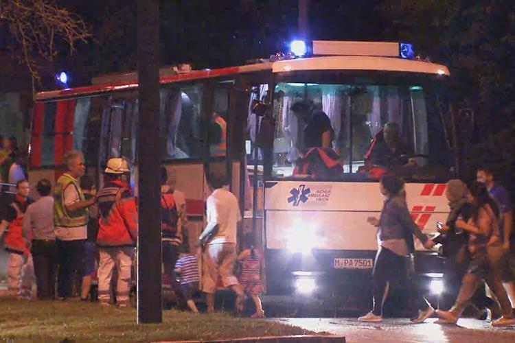 Pessoas são evacuadas de ônibus, por medidas de seguranças, após atiradores abrirem fogo em diversos pontos de Munique, na Alemanha - 22/07/2016