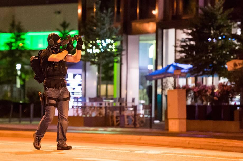 Policial faz patrulha próximo ao shopping Olympia Einkaufzentrum, em Munique, na Alemanha, após atirador abrir fogo no local, que estava lotado - 22/07/2016