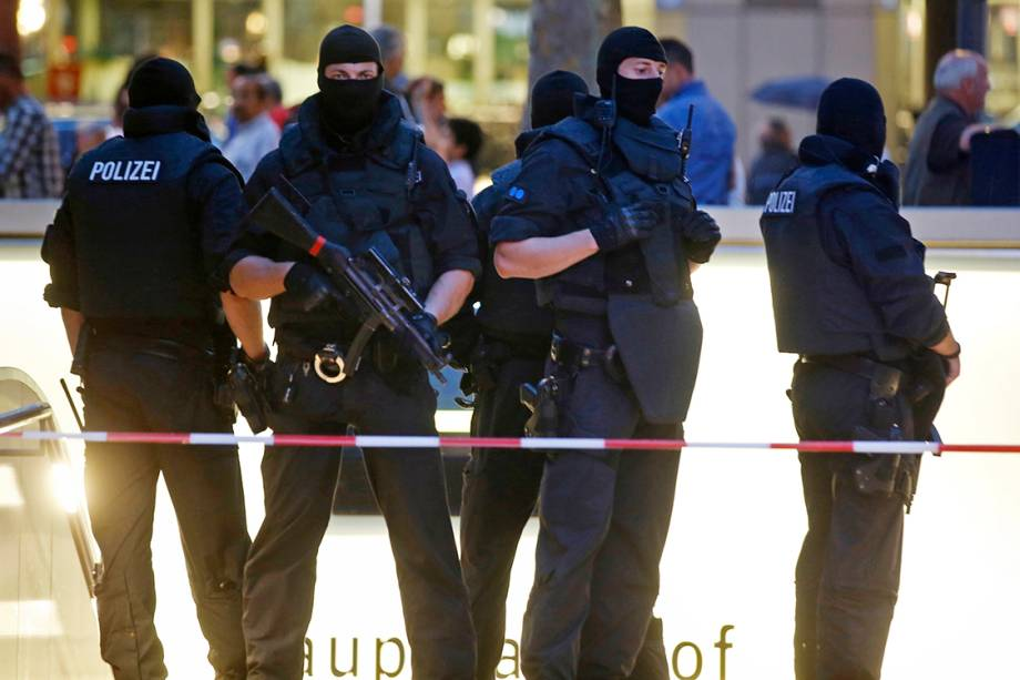 Policiais fazem patrulha na entrada de estação de metrô de Munique, na Alemanha, após atiradores abrirem fogo em diversos pontos da cidade - 22/07/2016