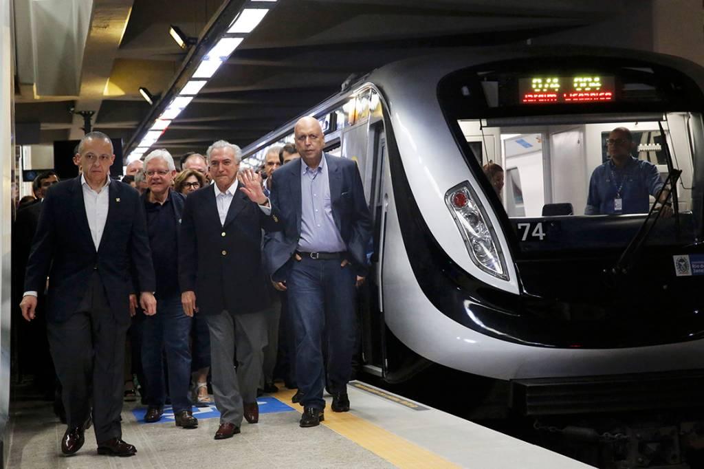 Presidente em exercício do Brasil, Michel Temer, caminha ao lado do governador do Rio de Janeiro, Luiz Fernando Pezao, na nova plataforma de metrô inaugurada hoje, no Rio de Janeiro